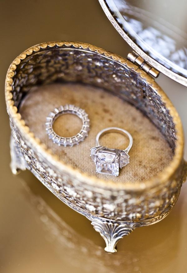 Wedding - Glittering engagement rings of whte gold