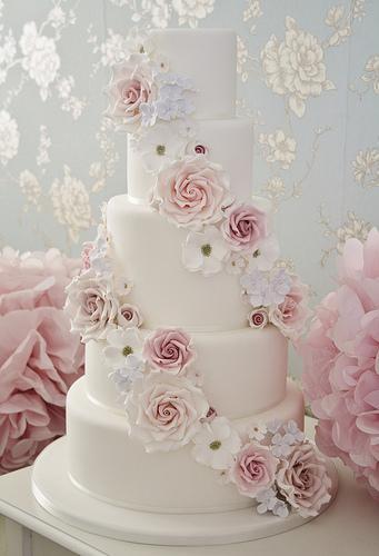 Hochzeitstorten Fallende Blumen Hochzeitstorte 1987511 Weddbook