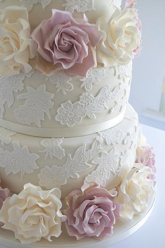 Boda - Torta de boda con encaje y marfil y Amnesia Roses