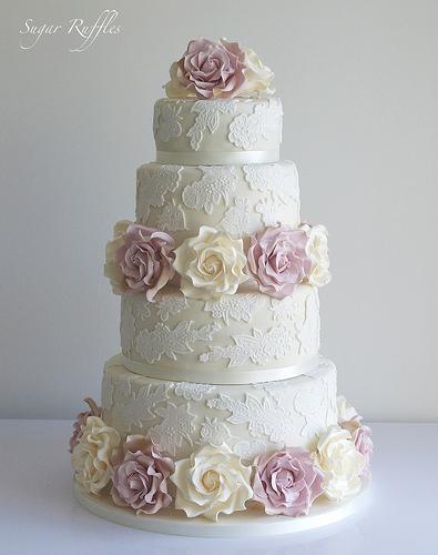 Hochzeitstorte Mit Spitze Ivory Und Amnesia Roses 1987630 Weddbook