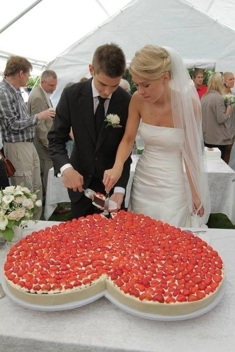 Wedding - Huge heart shaped romantic wedding cake