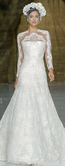 Mariage - White wedding dress made of shining fabric