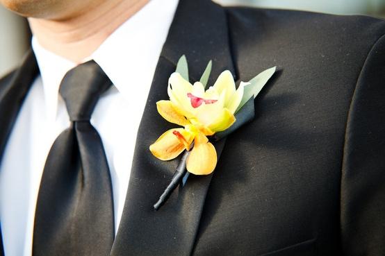Свадьба - Черный костюм и желтые бутоньерка для жениха