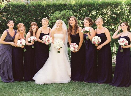 Cravate noire mariage ;  demoiselles d'honneur en longues robes de soirée pour mariage