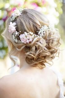 wedding photo - Wavy Curly Updo Peinado de novia con flor de la corona