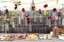 wedding photo - Baratos y Creative Garden Ideas decoración de la boda ♥ Flores coloridas en Hanging Botellas de vidrio para la boda