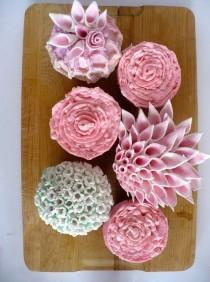 wedding photo - Creative wedding cupcakes in the shape of flowers