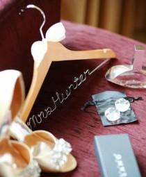 wedding photo - Mariage personnalisé à linge en bois personnalisées manteau de robe Cadeaux Hanger faveur de mariée