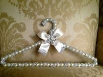 wedding photo - Spectaculaire! Nouveau designer de mariée Couture Crystal Pearl ruban Pin Broche Hanger