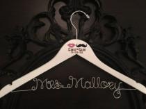 wedding photo - Moustache et les lèvres de mariage, Hanger nuptiale, personnalisé Hanger de mariage, des lèvres et moustache, mariée Hanger, Mme