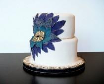 wedding photo - Белый Fondant Специальный Свадебный торт с перьями