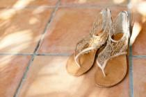 wedding photo - Chic et confortable or Sandales de mariage mousseux